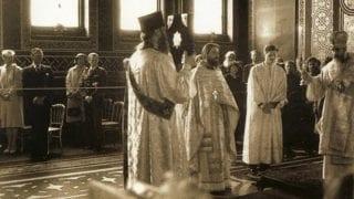 Еп. Марк предстоит за литургией в озноменование 1000 летнего юбилея в сослужении о. Николая и архид. Агапита. Слева впереди королевская семья