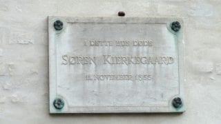 Сьерн Киркегаард (ум.1855) жил в дом ном. 53, храм находится в доме ном. 70